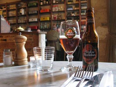 bouteille et verre de bière au Barbue d'Anvers